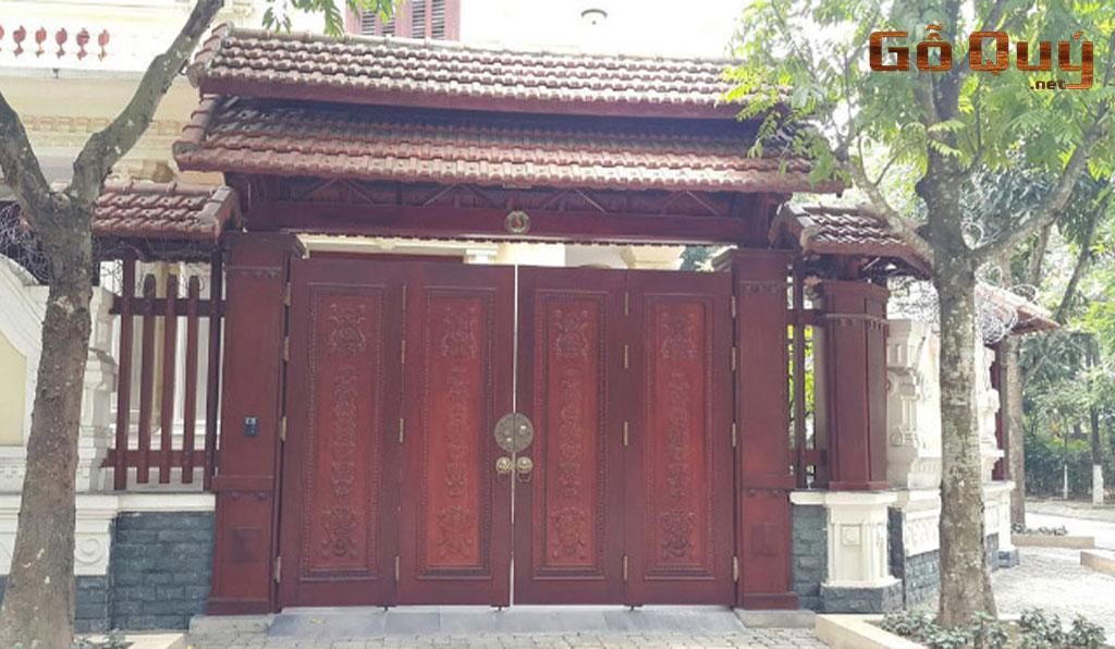 cổng nhà gỗ 4 cánh có họa tiết
